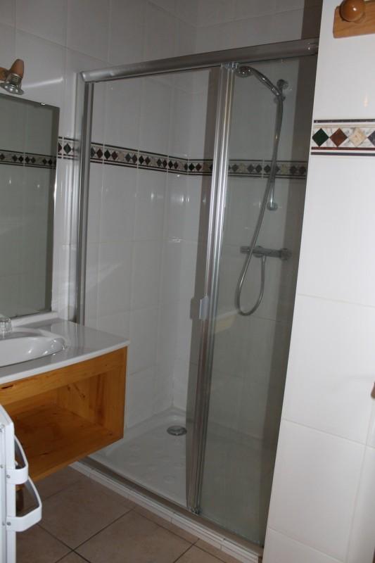Fleur-des-Alpes-6-Gentiane-salle-de-bain-location-appartement-chalet-Les-Gets