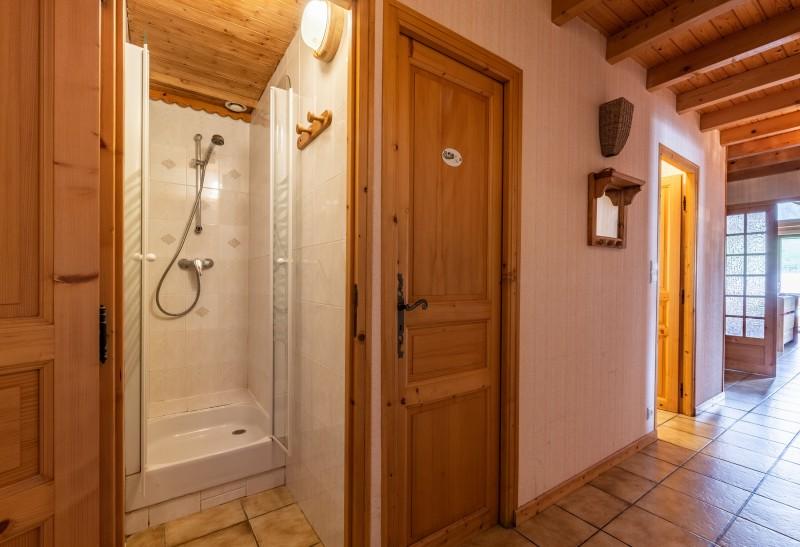 Forge-F-couloir-salle-de-bain-location-appartement-chalet-Les-Gets