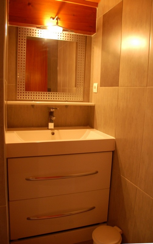 Frachettes-1-salle-de-bain-lavabo-location-appartement-chalet-Les-Gets