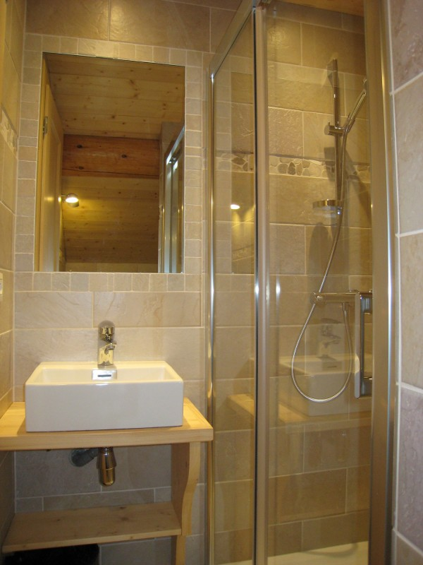 Isba-1-salle-de-bain-location-appartement-chalet-Les-Gets
