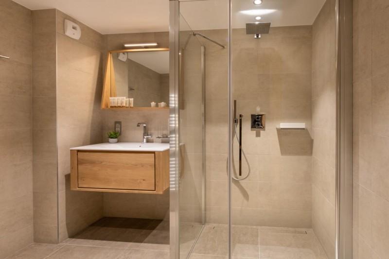 Kinabalu-37-douche-salle-de-bain-location-appartement-chalet-Les-Gets