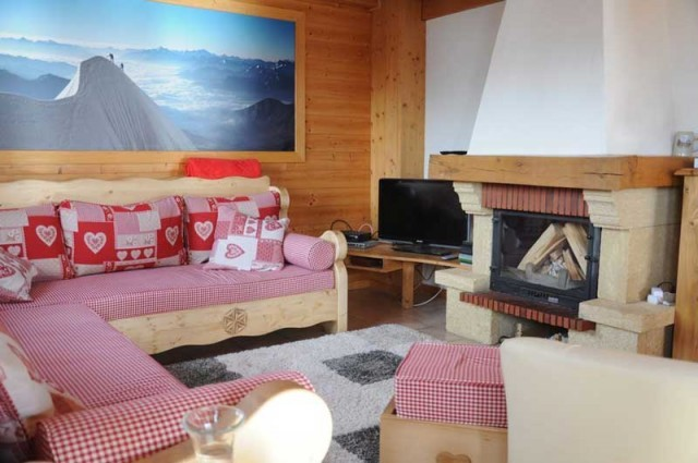 Lapye-salon-cheminee-location-appartement-chalet-Les-Gets