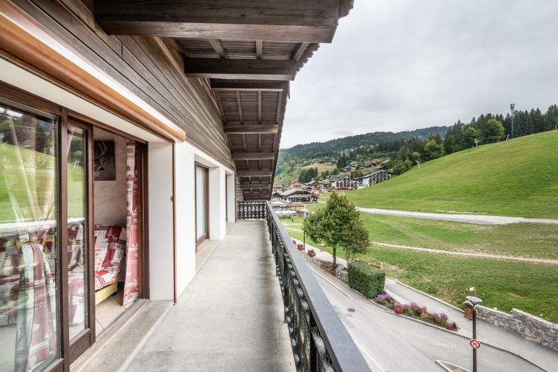 Lou-Baitandys-balcon-vue-piste-location-appartement-chalet-Les-Gets