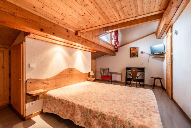 Lou-Baitandys-chambre-lit-double-location-appartement-chalet-Les-Gets