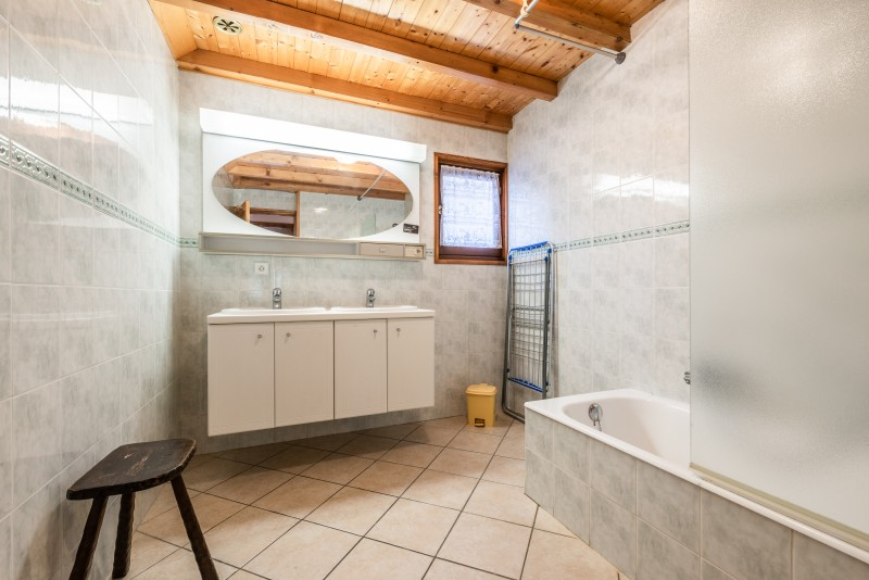 Lou-Baitandys-salle-de-bain-baignoire-location-appartement-chalet-Les-Gets