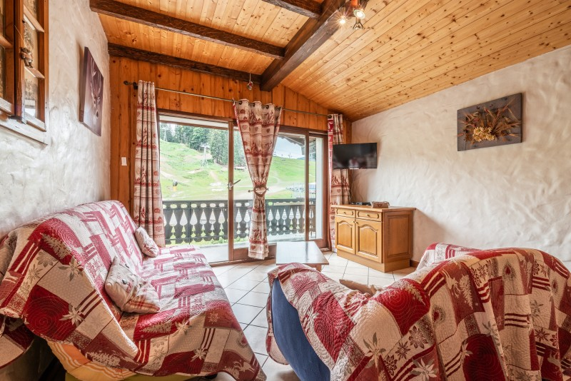 Lou-Baitandys-sejour-cuisine-canape-baie-vitree-location-appartement-chalet-Les-Gets