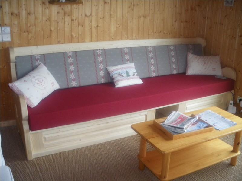 Lou-Paradou-salon-canape-location-appartement-chalet-Les-Gets