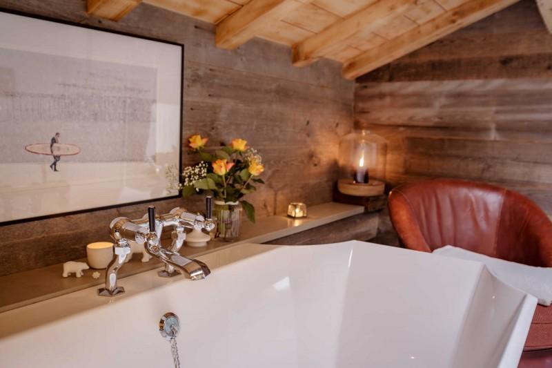 Maison-d-hiver-baignoire2-sdb-location-appartement-chalet-Les-Gets