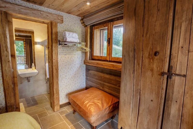 Maison-d-hiver-chambre-dressing-sdb-location-appartement-chalet-Les-Gets