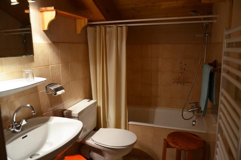 Pierres-Vives-Airelles-salle-de-bain-location-appartement-chalet-Les-Gets