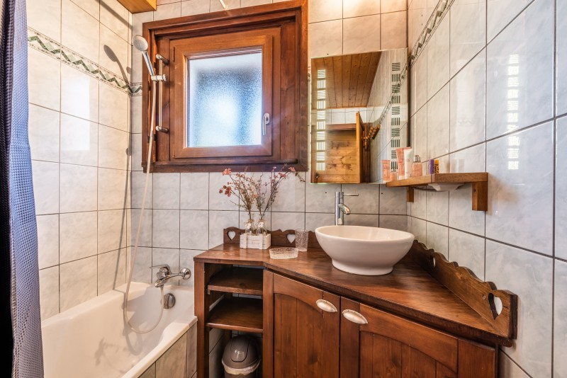 Quatre-saisons-salle-de-bain-appartement-chalet-les-gets