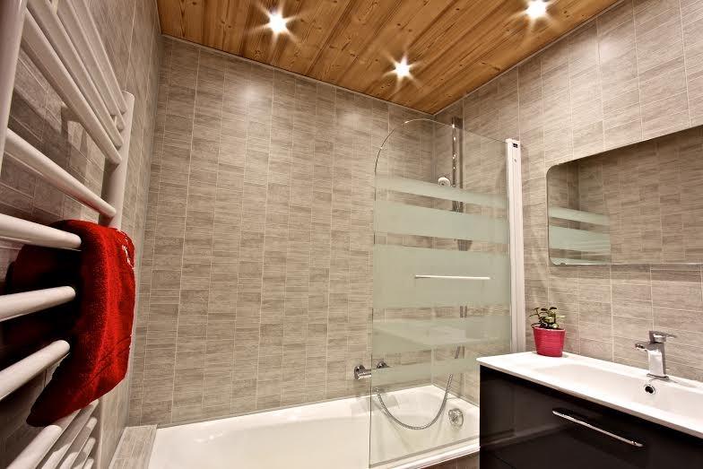 Rhodos-1-salle-de-bain-location-appartement-chalet-Les-Gets