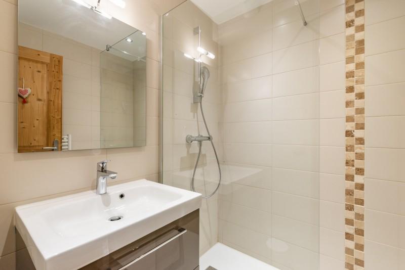 Rhodos-10-salle-de-bain-location-appartement-chalet-Les-Gets