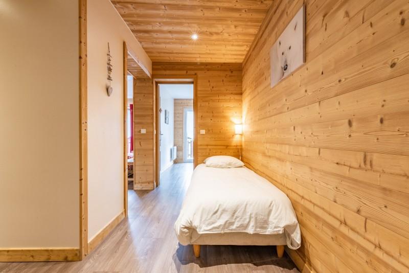 Rhodos-8-couloir-lit-simple-location-appartement-chalet-Les-Gets