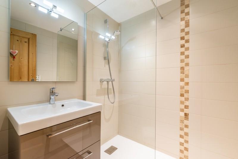 Rhodos-8-salle-de-bain-location-appartement-chalet-Les-Gets
