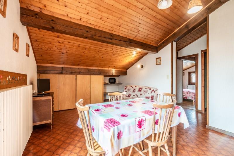 Roitelet-Les-Aires-sejour-cuisine-table-salle-a-manger-location-appartement-chalet-Les-Gets