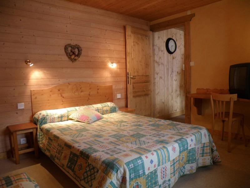 Sapiniere-7-chambre-lit-double-location-appartement-chalet-Les-Gets