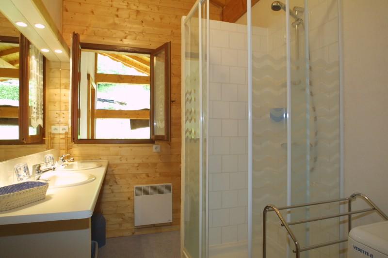 Versant-du-Soleil-Crocus-salle-de-bain-location-appartement-chalet-Les-Gets