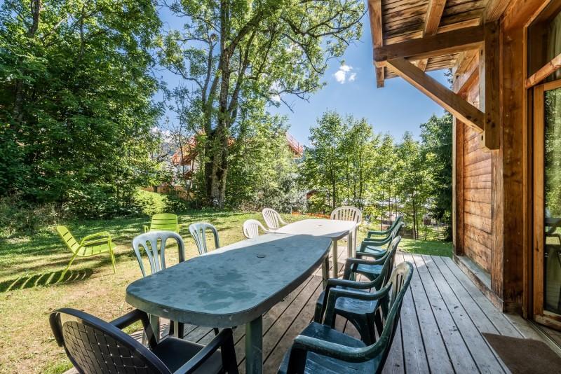 ysope-exterieur-terrasse-chalet-appartement-Les-Gets